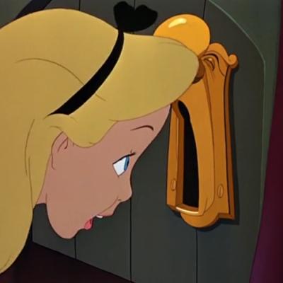 アニメで英語「鍵穴を覗く」
